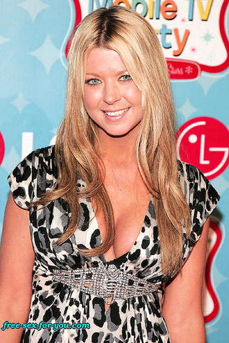 Tara Reid Flashing Her Lovely Cleavage