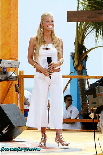 Jessica Simpson Looks Hot While Performs At Stage