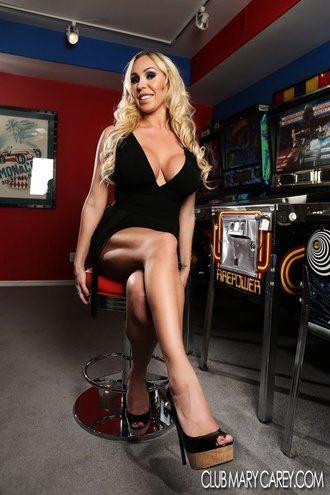 Sexy Mary Carey Strips From Her Black Dress Exposing Her Curvy Hot Body.