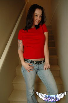 Cassie Leanne Shows Off Her Round Ass In Tight Jeans