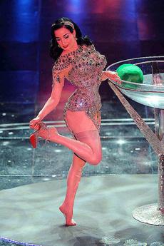 Dita Von Teese Does Hot Strip Dance At Stage