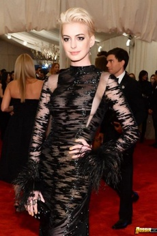 Photos Of Stunning Braless Anne Hathaway