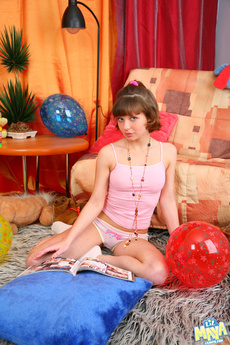 Sweet Teen Maya Gets Naked And Flash Her Whole Body picture 1