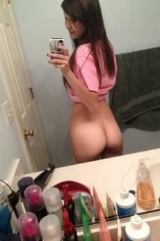 Sexy Ass Babe Strips Naked In Amateur Pics picture 5