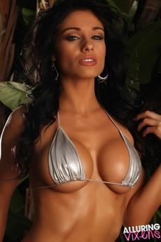 Stunning Vixen Amanda picture 3